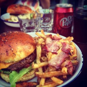 Classic_burger_frite_supplement_cheddar_bacon_kokomo